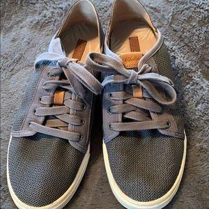 Loukas blue tennis shoes